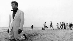 """Marcello Mastroianni in """"La dolce vita"""" a Passoscuro"""